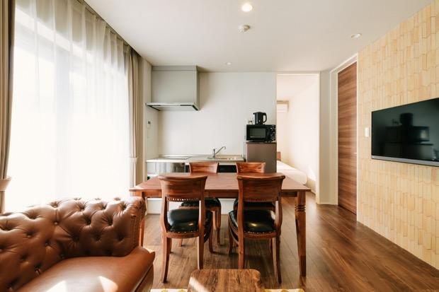 グランドベース博多春吉の客室。キッチンや冷蔵庫、電子レンジなども完備