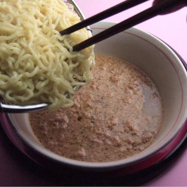 ゆで麺を入れ付属のすりごまをかけ、お好きな具材をのせて完成