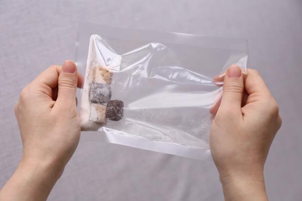 粉の入った袋にビスケットをいれてシャカシャカ