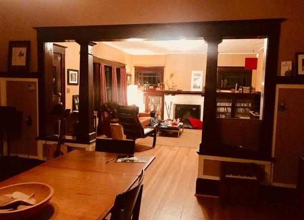 2週間滞在したのは民泊。大家のポールさんは、ご近所さんを紹介してくれるなどとても親切だったそう。広いリビングとダイニングには、ポールさんの実家で使っていたというビンテージの家具が置かれていた。(撮影:山中緑)