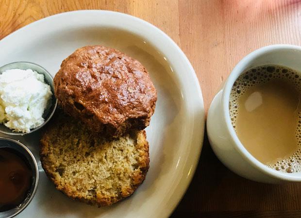 何気ない食べ物がポートランドはとてもおいしいそう。カフェ〈Tabor Bread〉は自家製粉・自家釜焼のパンやビスケットが食べられる緑さんお気に入りの場所。(撮影:山中緑)