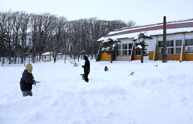岩見沢は豪雪地帯。子どもたちは外で雪にまみれて思いっきり遊ぶ。