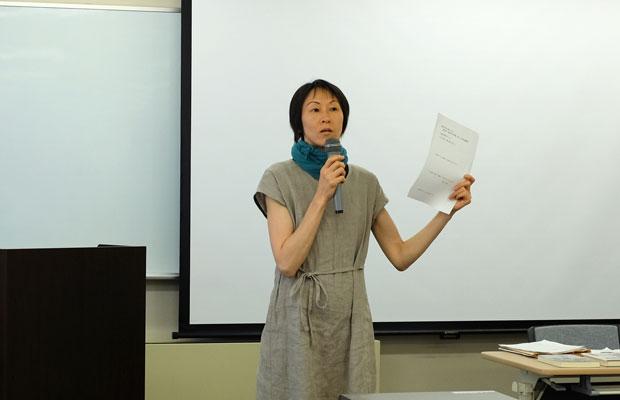 説明会で署名をお願いする綿谷千春さん。3児の母で、フリースクール〈月寒スクール〉でボランティアを行ったこともあり、学校教育の現状と歴史について以前から関心を寄せていた。