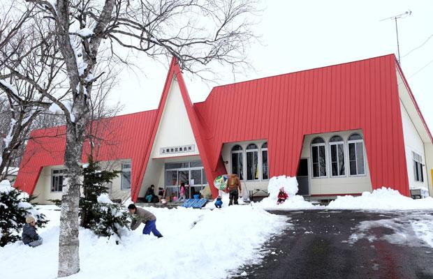 プレーパークお泊まり会の会場になったのは、もとは上幌小学校だった上幌地区集会所。