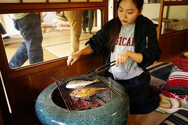 オンドルを焚いた残りの炭を、火鉢に入れて魚を焼く。