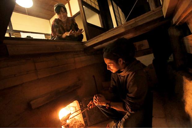 オンドルの口窯で火を焚く。