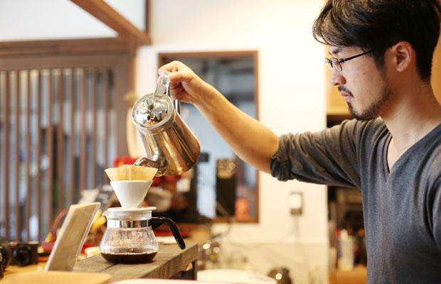 越中八尾ベース OYATSUの創業メンバーで、地元出身の杉山雄大さん。コーヒーへの造詣は深い。