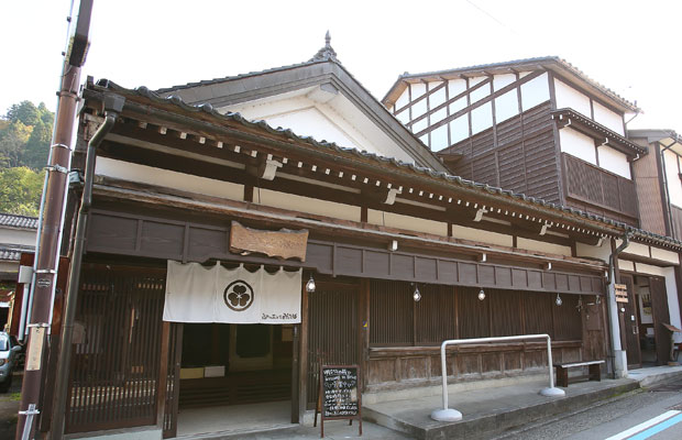 〈越中八尾ベース OYATSU〉。旧商家を生かした八尾の観光拠点。