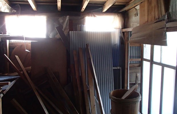 ブロック塀に囲まれた倉庫スペースの様子。