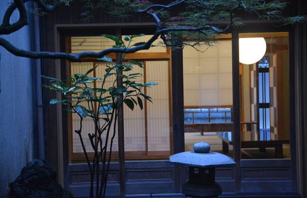 中庭からも、和室の先に内川が見える。