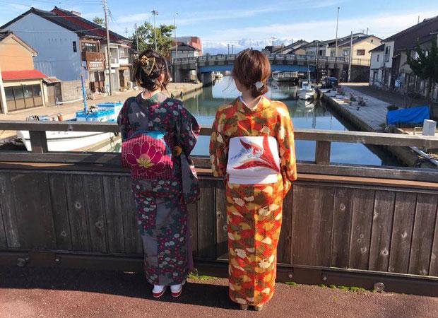 着物は、昭和レトロな内川の風景とよく合う。