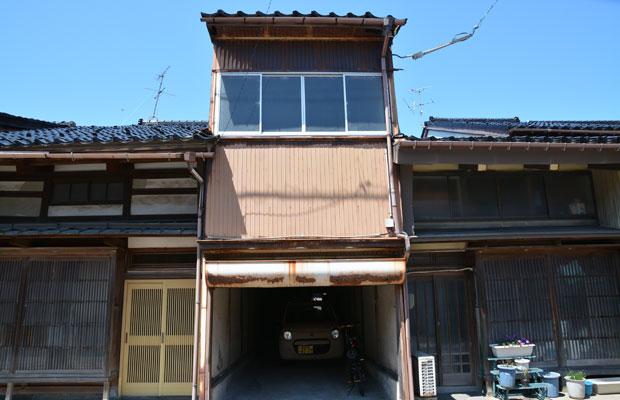 背高ノッポ、間口が狭い町家の倉庫。
