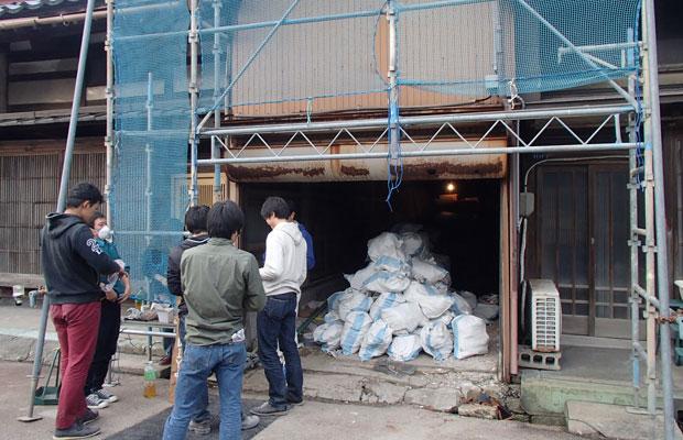 膨大な量の荷物や解体端材を運び出す。