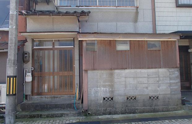 空き家になった商店街通りの店舗兼住宅(内川側)。