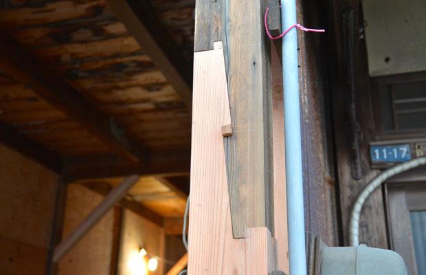 伝統的継手の中でも強固なもののひとつ「金輪継ぎ」。手刻みが得意な大工さんが工事したという証!