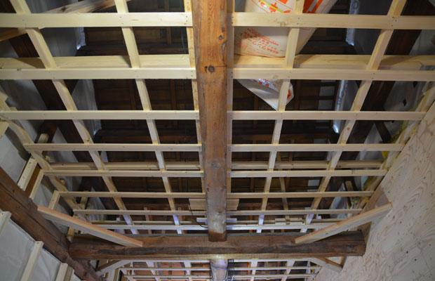 梁を下半身見せながら、天井の断熱もしっかりと。