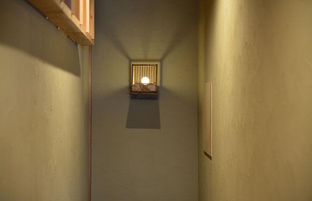 2階・階段部分の照明に、荷物の鳥小屋を再利用。