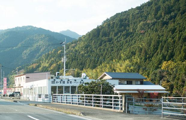 徳島県神山町にある〈かま屋〉と〈かまパン&ストア〉。