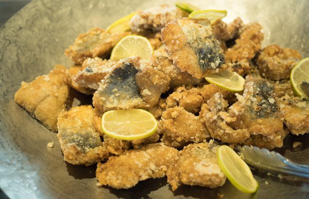 徳島産さわらの竜田揚げ。野菜だけじゃなくて魚や肉も徳島産。
