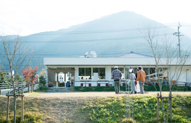 外構の設計は、神山町の大埜地(おのじ)集合住宅プロジェクトも手がけるランドスケープデザイナーの田瀬理夫さん。