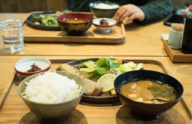 昼ごはんは、神山で育った季節の食材を使用した、おばんざい形式のワンプレートランチ。