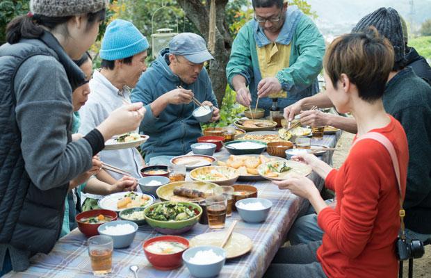 作業の合間のお昼ごはん。11月は暖かかったので、庭にテーブルを並べて食べました。