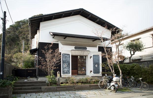 ものづくり・プログラミング体験講座〈カマクラビットラボ〉が開催されている〈ファブラボ鎌倉〉は、秋田県から移築された酒蔵を改装した実験工房。レーザーカッターや3Dプリンタなどの機材が揃う。