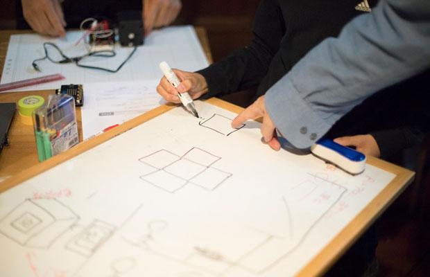 子どもたちが制作したい作品の実現に向け、プログラミングやものづくりのプロフェッショナルである講師陣がさまざまなアイデアを提案してくれる。