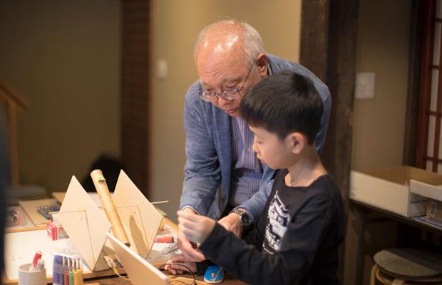 山本さんをはじめとする講師陣の大人たちも子どもと一緒に頭を悩ませながら、フラットな距離感で制作に取り組む。