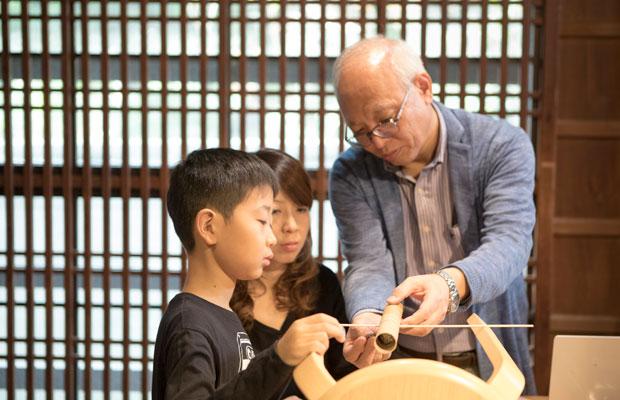 カマクラビットラボでは、全5〜6回の講座を通して、親子で一緒にプログラミングやものづくりを学んでいく。