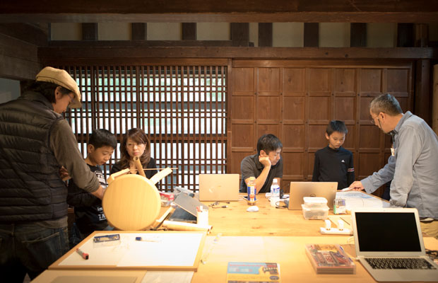 取材時に開催されていたのは、春コースの「入門編」を終えた親子に向けた秋コース「初級編」の最終回。これまでの講座で学んだことをベースに、各自がオリジナル作品の制作に取り組んでいた。