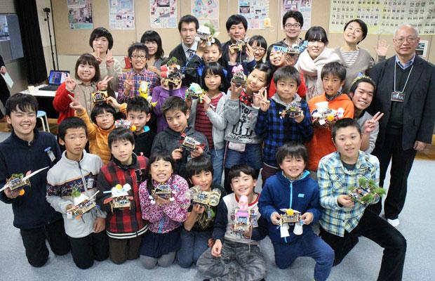 ファブラボ鎌倉と〈ファブラボ山口〉が共同で主催し、山口市内の小学校の児童を対象に実施したプログラミング体験教室では、山本さんが講師・メンター役の山口大学の学生を指導。(写真提供:ファブラボ鎌倉)