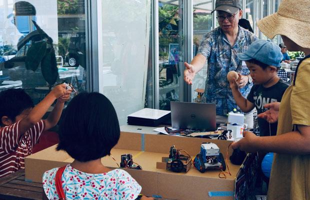 カマクラビットラボでは、ファボラボ鎌倉で開かれる本講座のほかにも、鎌倉市内のイベントや飲食店などに出張し、体験プログラムも開催している。(写真提供:カマクラビットラボ)