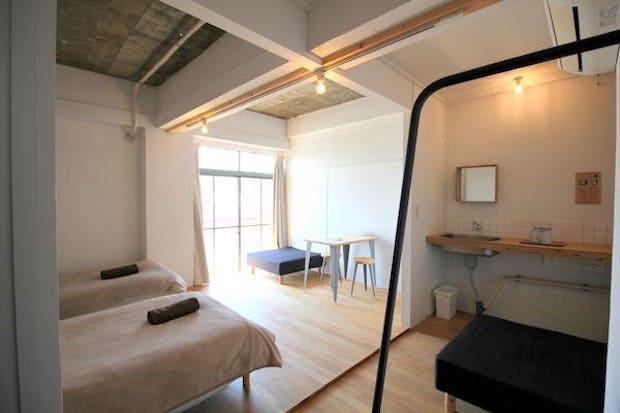 シングルベッドが並ぶ客室