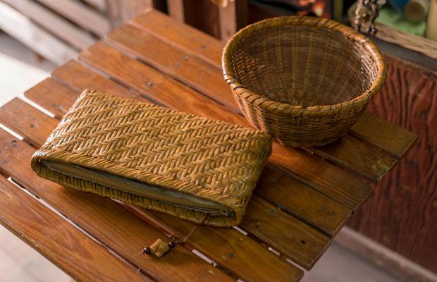 最近では戸隠竹細工による弁当箱やバッグ、カゴなど時代に合ったものも手がけている井上さん。こちらは長年使い込んで飴色になった井上さんの私物。