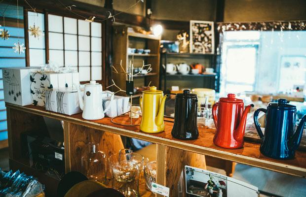 シンプルで使いやすそうなキッチン用品やかわいい器が並びます。