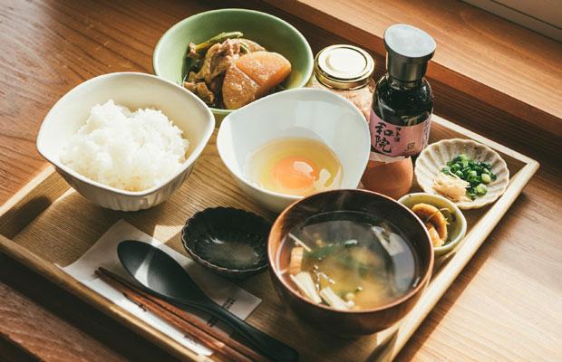 卵のおいしさが直に味わえる〈フェルセット〉。卵かけご飯にぴったりのお米は同じ糸魚川の〈清耕園ファーム〉のこしひかり〈ひすいの雫〉を使用。