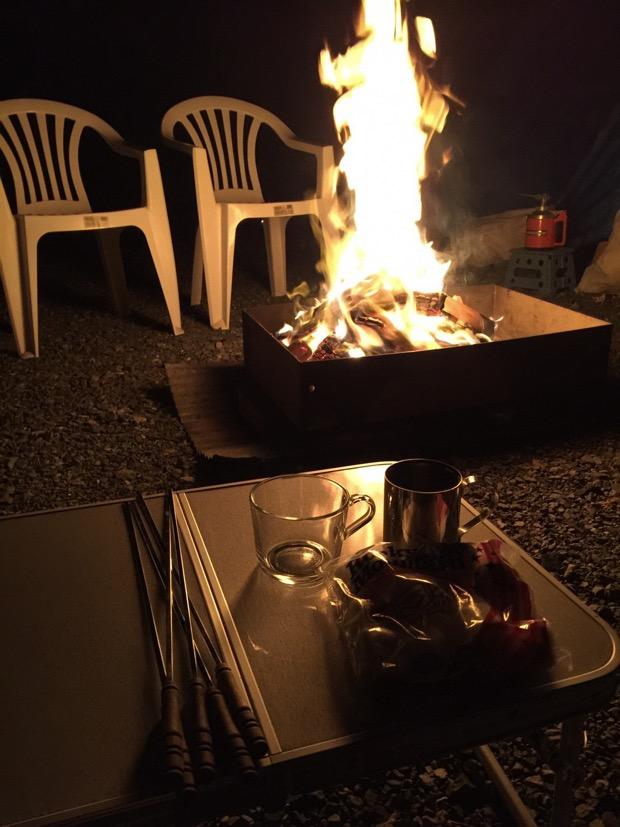 夜には、温かみの感じる囲炉裏でBBQ