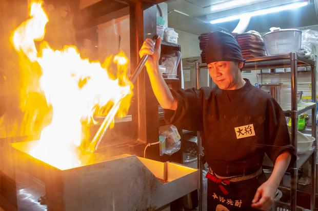 焼き場では大きな炎があがる