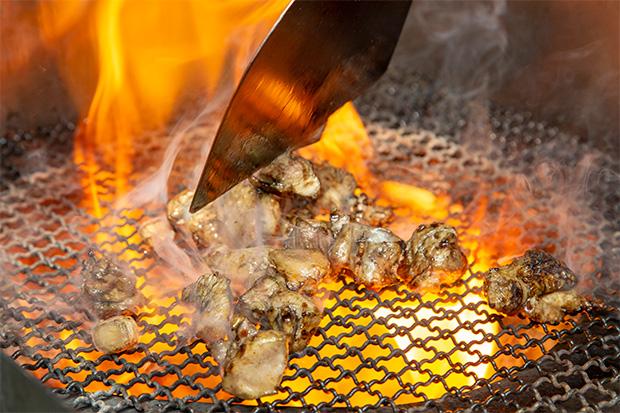 モモ肉に網の上で火を入れる