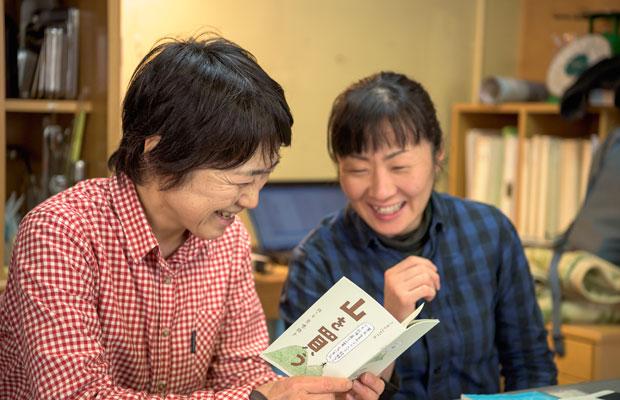わたしがつくった本『山を買う』をふたりは笑顔で見てくれた。山主さんに「いい山あるよ~」と言われるなど、共通する体験もあり、会話も弾んだ。