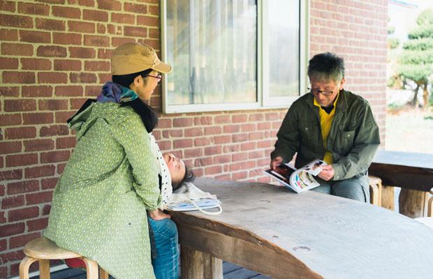 最近は北海道各地の取材も増えた。道南のせたな町でお米や大豆の自然栽培を行う富樫一仁さんに取材をしたときも子連れ。インタビュー中、わが子はたいてい寝ている。(撮影:佐々木育弥)