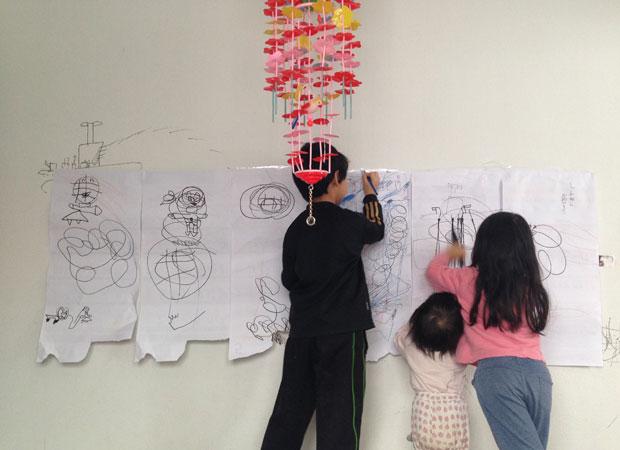子どもたちは家でやりたい放題。壁に紙を貼って絵を描いていると、かならずはみ出し、壁もらくがきだらけ。