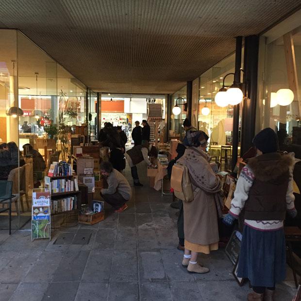 パビリオン・ガーデンへと続く道に古本屋が出店しています。