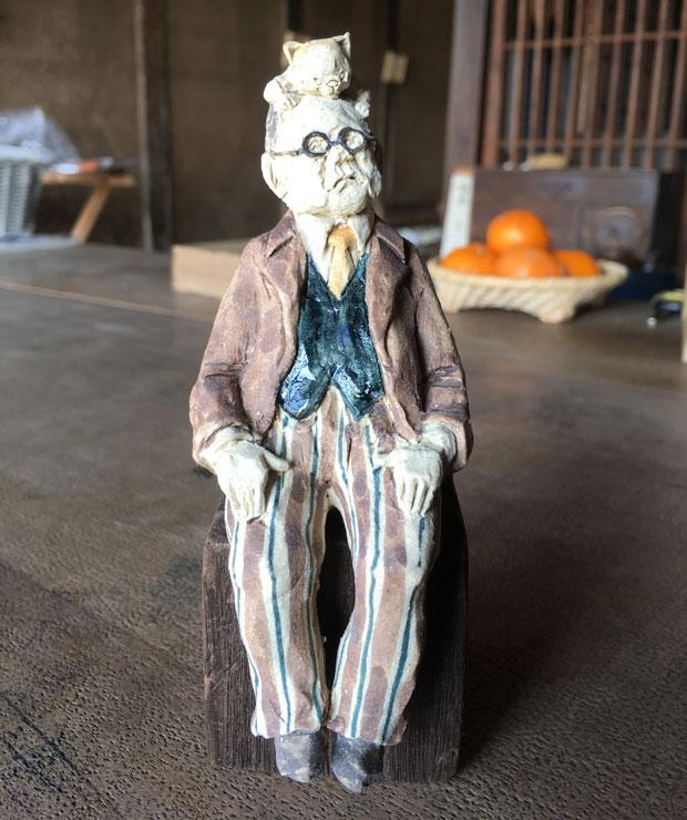 にしだみきさん作の百閒の陶人形。