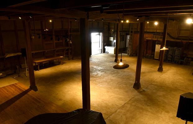 古い酒蔵に1日だけ約5000冊の古書が並ぶ本棚が出現! 熊本の個性的な古本市