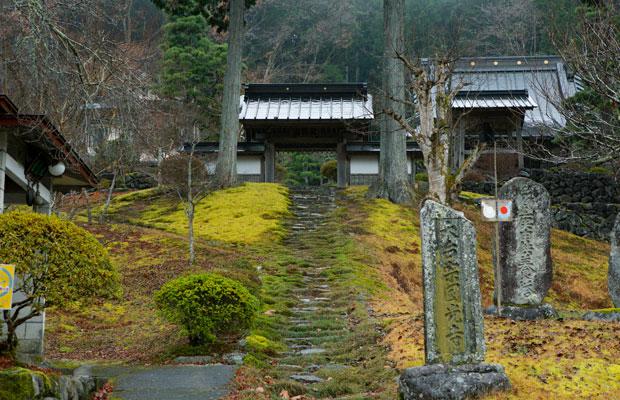 麻紀さんが小来川で一番好きな場所だという円光寺。石段を上がった先で眺める山並みも美しい。