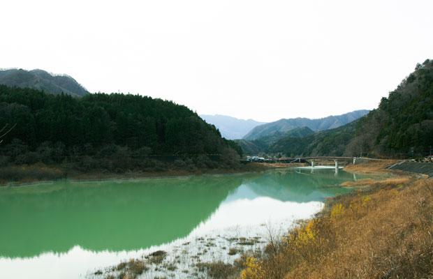 光の加減で幻想的な色合いになるやしお湖畔。栗山らしいゆったりとした風景。