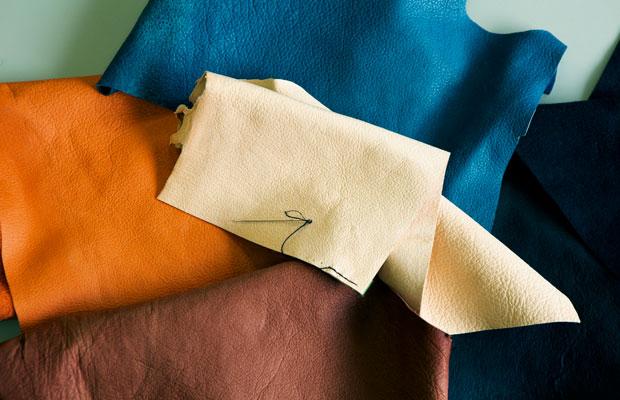 初めてシカ革を触る人は、しっとりとしたやわらかさに驚くそう。