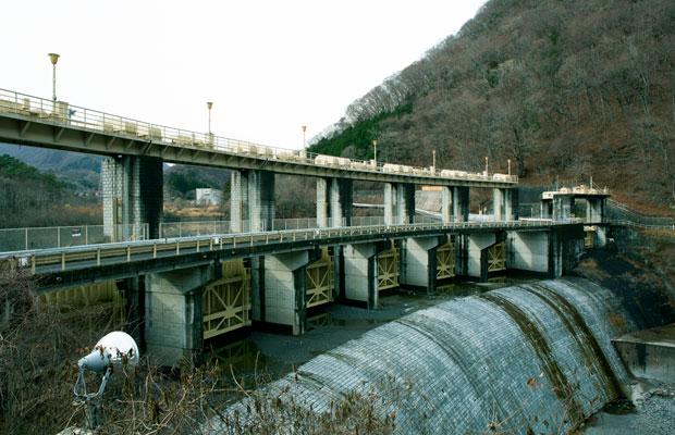 大正元年(1912年)の竣工当時、発電専用のダムとしては日本最大の規模を誇っていた黒部ダム。ダム好きの間では「黒部といえばこっち」だとか。栃木県の土木遺産にも認定されている。